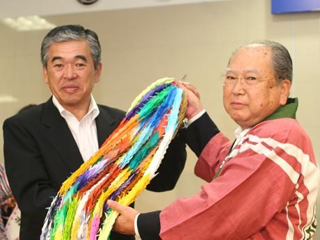 前橋市民が折った千羽鶴を仙台市代表に渡す高木前橋市長