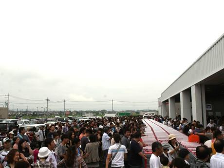 早朝から開店を待つ人たち。コストコ前橋倉庫店分の駐車場759台は6時30分に満車になり、ベイシア分や臨時駐車場へ