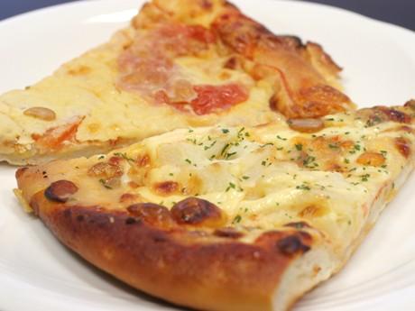 米粉では珍しいピザ「じゃがいもとソーセージ」(手前)、「マルゲリータ」(奥)各210円