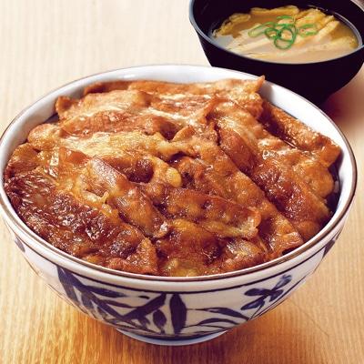 「焼き牛丼」は一般的な牛丼と異なり刻みしょうがではなく、甘酢漬けのガリが添えられる