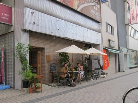 店舗に寄り添うように設けられた「福カフェ」のオープンカフェには女性の姿が