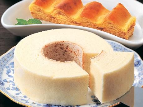 北海道を代表するスイーツのひとつ「白い恋人」の「石屋製菓」からは「白いバウム」も