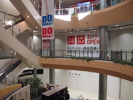 吹き抜けの「セントラルコート」を中心に1階はファストファッションゾーン、2階は3世代ゾーンに。ZARA(群馬初)の右手はフランフラン(同)、左手はコムサイズム、ユニクロの左手に無印良品