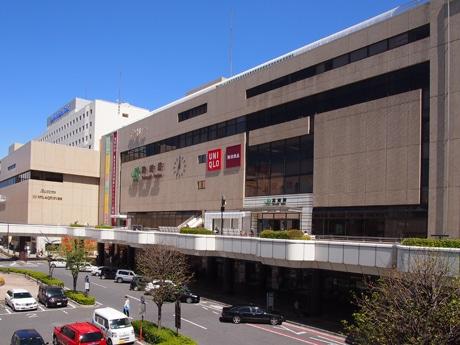 JR高崎駅西口。西口には駅ビルの商業施設モントレー、高崎ビブレ、高崎タカシマヤ、やや離れて地元百貨店スズラン高崎がある