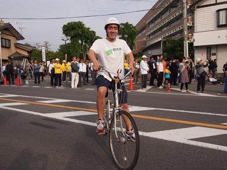 群馬の自転車レースに欠かせない存在になりつつある「ママチャリスト川島」、おばちゃんの歓声に迎えられ登場