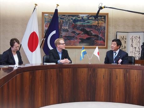 中央がミカエル・パルムクイスト社長、右が山本龍前橋市長