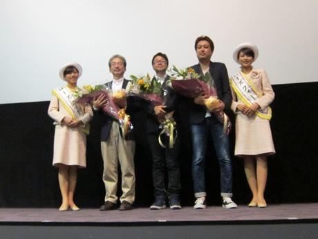 左2人目からプロデューサーの田口聖さん、助監督の兼重淳さん、監督助手の北原栄治さん、両端は前橋のローズクイーン