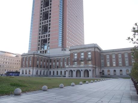 写真手前の3階建ての建物が昭和庁舎、左奥が群馬県庁本庁舎。「ドクターX」で使われているのがほぼこの角度