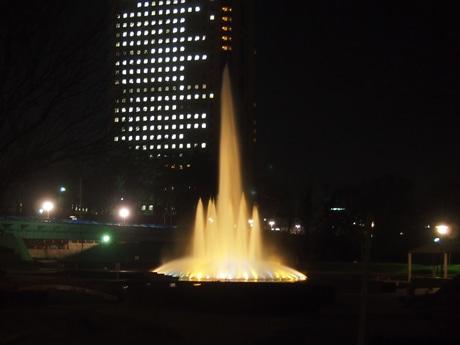 後ろが群馬県庁ビル、撮影時間は18時。25日の日没時間は16時34分だった