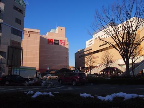 JR高崎駅西口、右が駅、中央がビブレ高崎。ビブレ高崎の写真奥に高崎タカシマヤがある