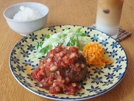 「トマトハンバーグランチ」(900円)、ハンバーグは240グラムとボリュームがあり、しっかりとした食事になる。ご飯によく合うソースも自家製