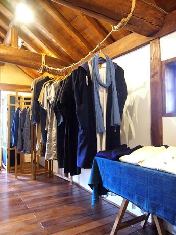 百年もの時代を経た布で作った服やアンティーク、ビンテージ品が並ぶ店内