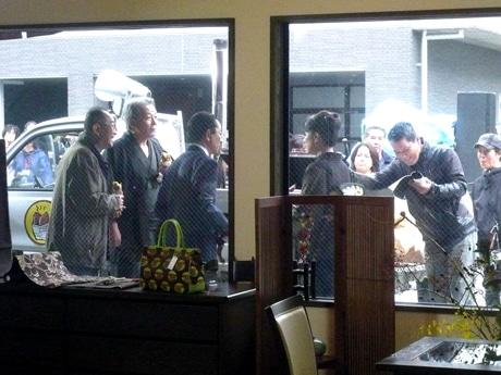 「きもの彦太郎」ならぬ「小池呉服店」の前で、左から矢崎滋さん、斉木しげるさん、水谷豊さん、根本りつ子さん