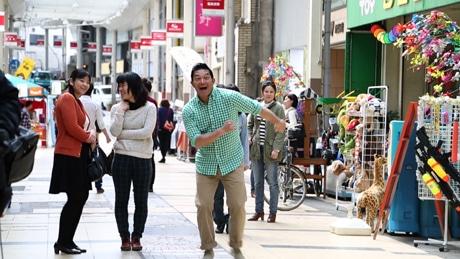 ぐっさんはロケ初日、商店街の各店舗を回ってあいさつ。なごやかなムードの中撮影が進められた