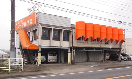 ドラマでは円柱を縦半分に切ったようなオレンジのテント部分に「純喫茶チェリー」の文字が