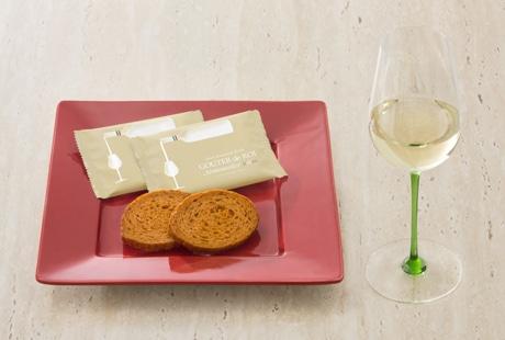 バジル、チーズ、トマトを練り込んだフランスパンを使った甘くないラスク「グーテ・デ・ロワ ソムリエ イタリアン」