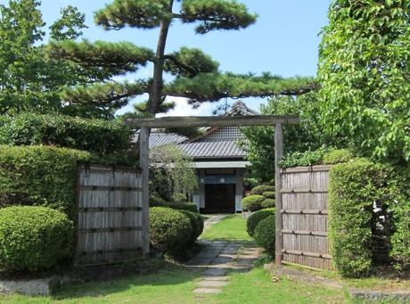 1974年に同地に移転。京都の旅館を思わせる佇まいの京林高崎本店、敷地内に染め工房も