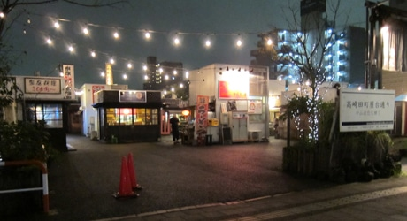 あいにくの雨だが、屋台の明かりがともるとちらほらと来店者が(9月7日撮影)