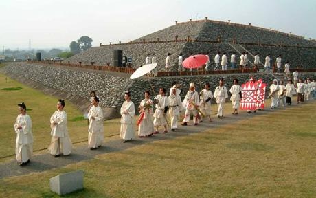 本物の古墳を舞台に古代の儀式をアマチュアアクターが再現