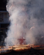 ミスひまわり、巨大焼きまんじゅうの煙に巻かれる 伊勢崎で上州焼き饅祭