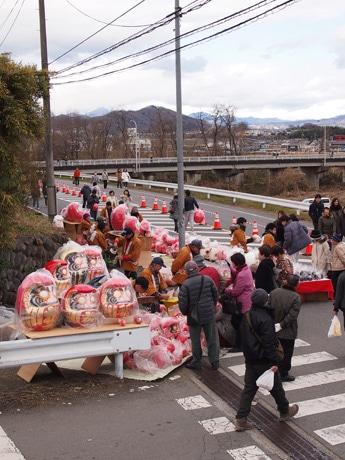 山門前の市道脇でだるまを販売する高崎物産振興協会の有志、撮影は1月7日