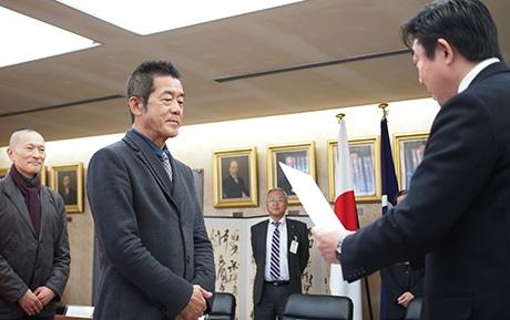 委嘱状を受け取る三遊亭円楽さん、右は山本龍前橋市長