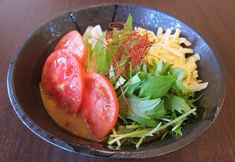 野菜の量も特長の一つ、写真は「トマトチーズのイタリア風金めん」