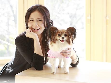 女優で動物環境・福祉協会Evaの理事長、杉本彩さんと愛犬の小梅
