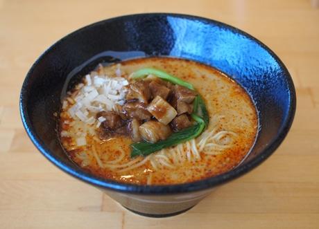 中国の唐辛子「朝天辣椒」と日本の「タカノツメ」でぴりっと「きんとうん麺辛」、ひき肉の代わりに角煮を使っている