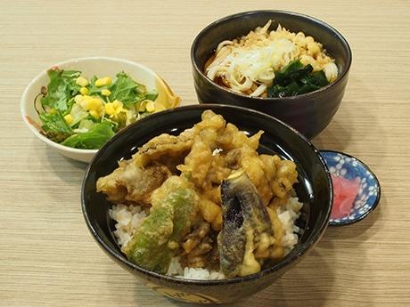 日替わりランチ「舞茸と野菜天丼と小うどん(750円)」米は群馬県産のコシヒカリ