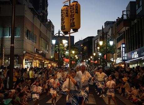 神楽坂まつりには2006年から参加しており、ファンも多い。この日は総勢60人