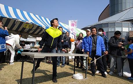 来れ飛ばし屋 榛名で「梅の種飛ばし大会」優勝ラインは10メートルか