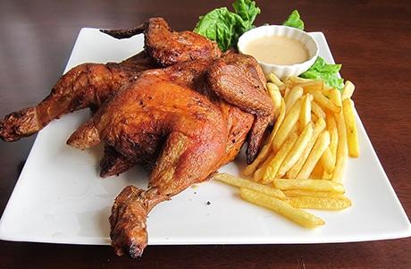 ハーブを効かせた鶏を1時間かけて焼く「ポーヨ・ア・ラ・ブラーザ」(1,500円)