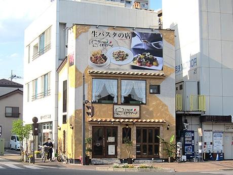 高崎市庁舎の近く、南銀座通り南口。店舗面積は12坪、1階2階合わせて25席
