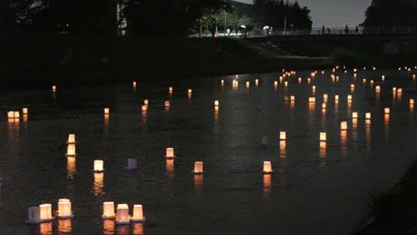 桃ノ木川を流れる灯ろう