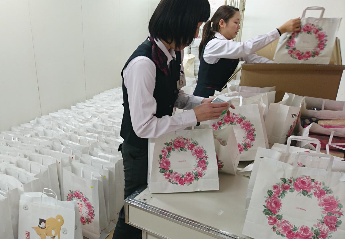 オーパ高崎の開業により客数が1.6倍に増えたという高崎タカシマヤ、12月26日から福袋の詰め込みを行っている