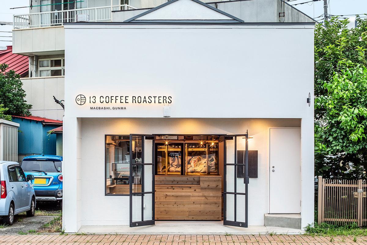 シンプルながら印象的な店舗。面積は約20平方メートル、カフェは2席