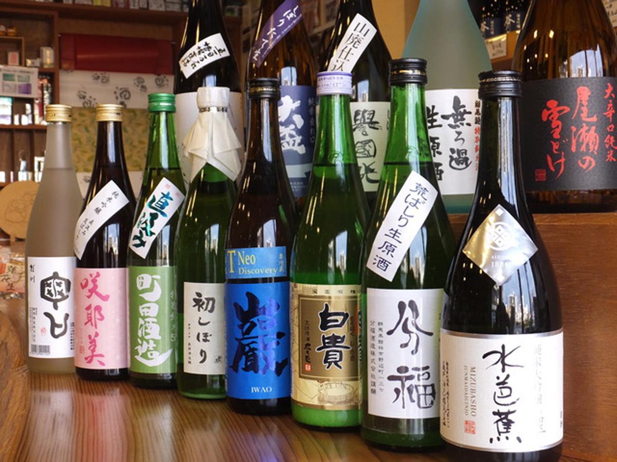 高橋与商店では約80種類の群馬の地酒を扱っている