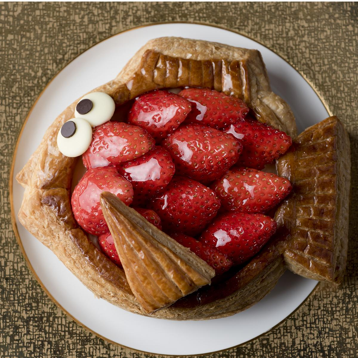 やよいひめのきれいな形を生かしうろこに。魚の形に焼いたパイにはやよいひめに合わせたカスタードクリームとホイップクリームが