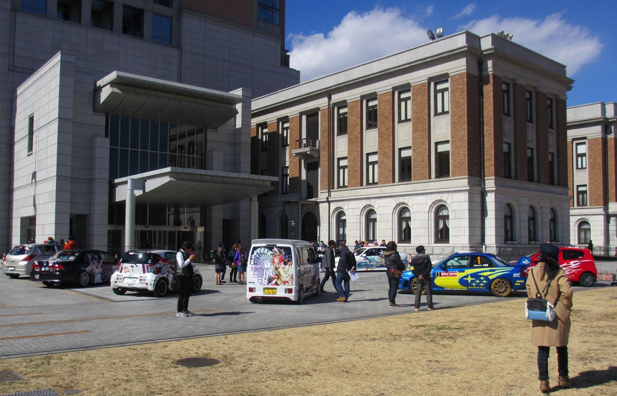 庁舎と痛車のコントラストがなかなかの見ものだった