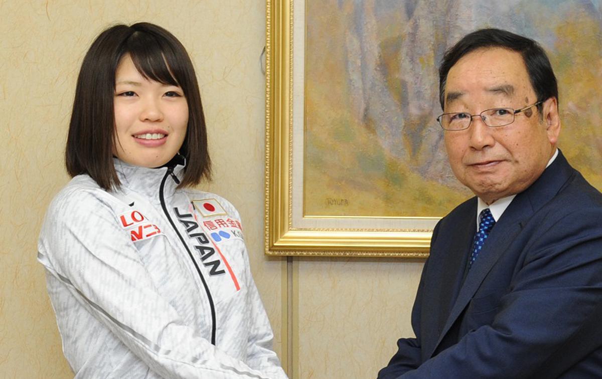 1月10日、表敬訪問した際の佐藤綾乃さん、右は富岡賢治高崎市市長
