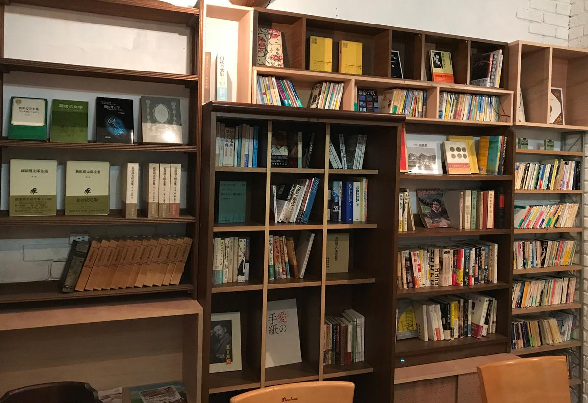 大型の本棚を作り付けた「月に開く」店内