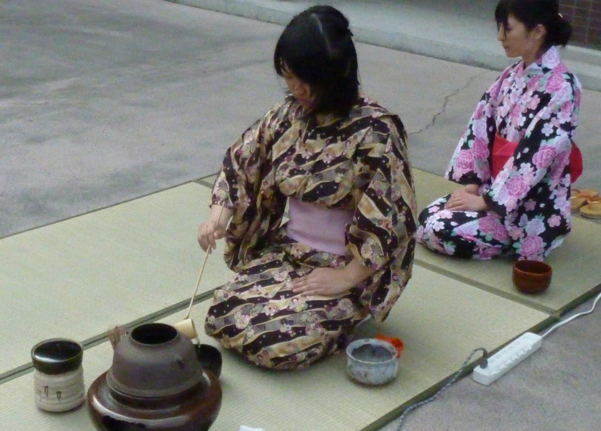 群馬大学茶道部43人のうち約20人が、納涼茶会ならではの浴衣姿を披露する