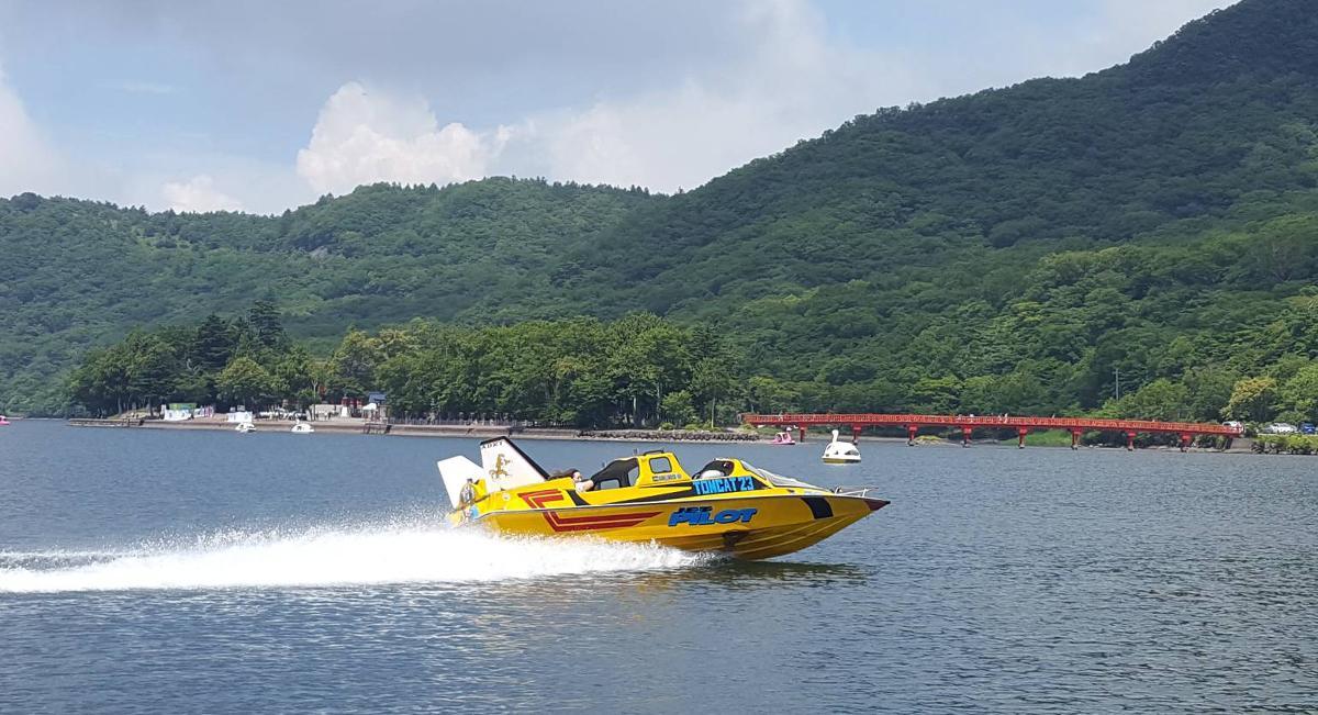 大沼一周、飛ぶように風を切るモーターボートは壮快。写真は「TOMCAT23」