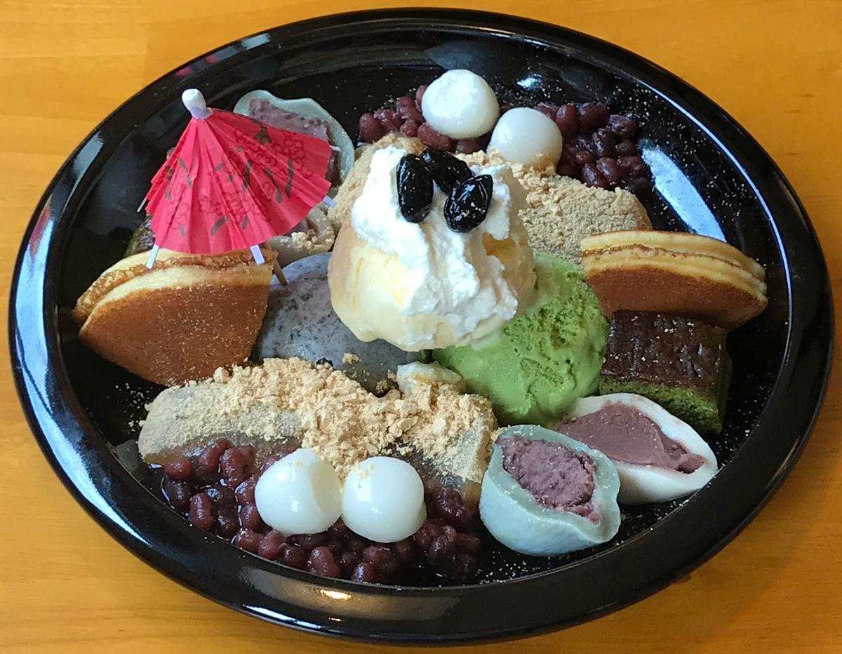 「鎌倉贅沢パフェ」(1,000円)には鎌倉わらびもち、黒豆みかさ、麩まんじゅうなど11種類の甘味が盛られる