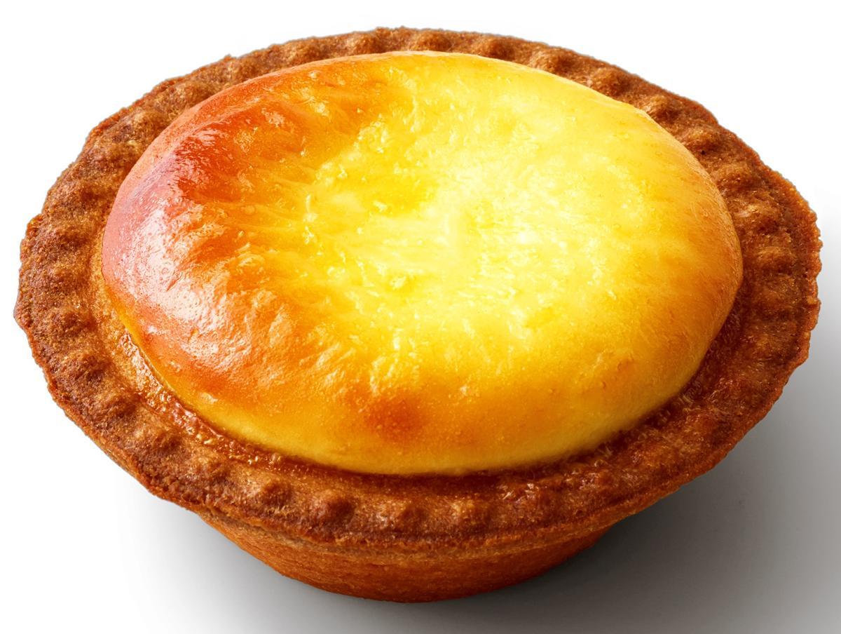 タルト生地を焼き、チーズを入れて焼く、二度焼きで仕上げる。写真は「焼きたてチーズタルト」
