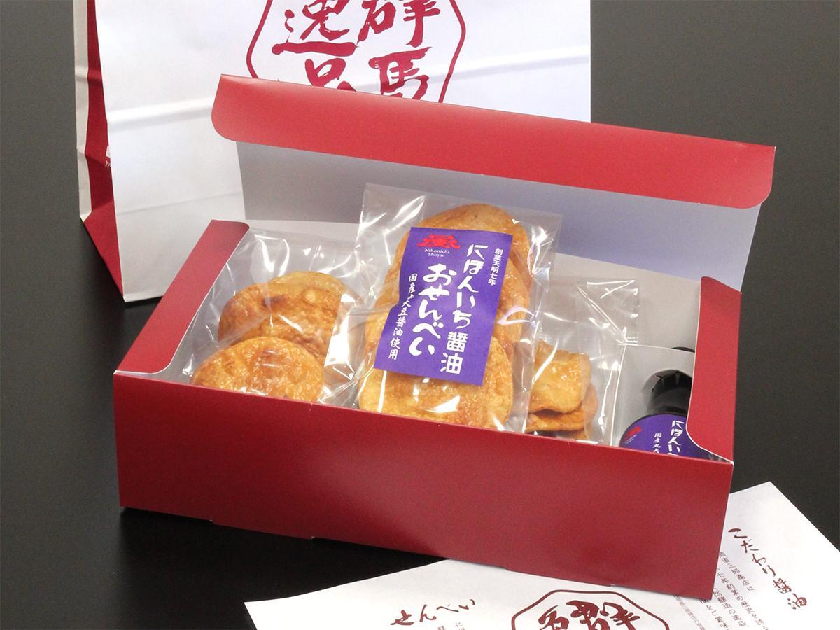 「特撰にほんいち醤油せんべい」は専用のギフトボックス、手提げ袋付き(オープン価格)。ギフト商品開発を機にブランドロゴを一新した