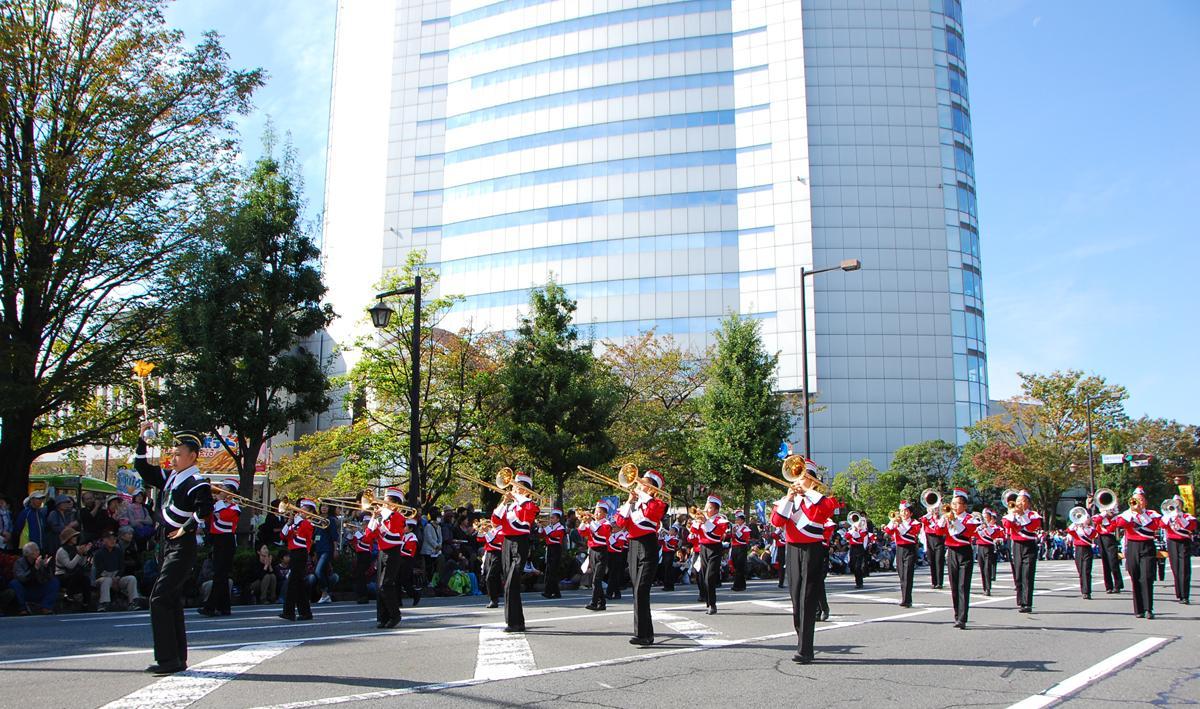 パレード、写真はシンフォニーロード、奥は高崎市庁舎