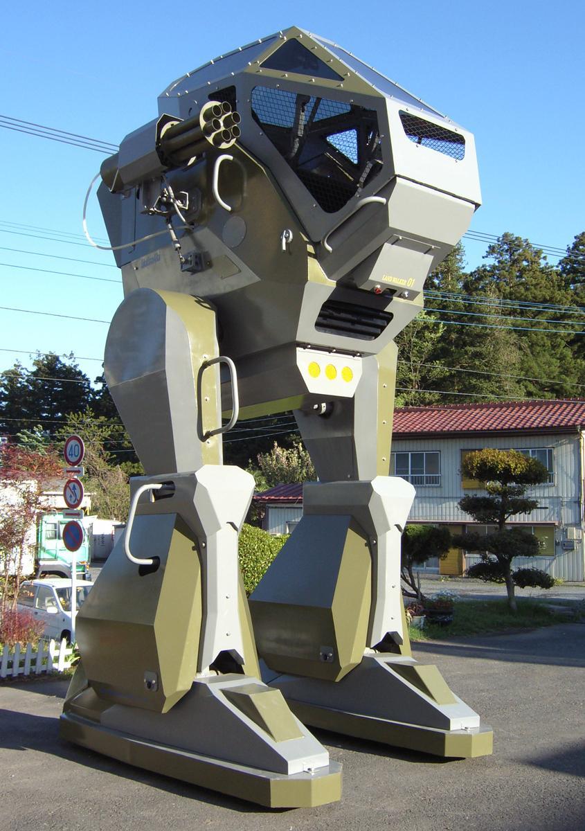 「ランドウォーカー」高さ3.4メートル、重量1トン、時速1.5キロメートル。コックピットに人が乗り操縦する