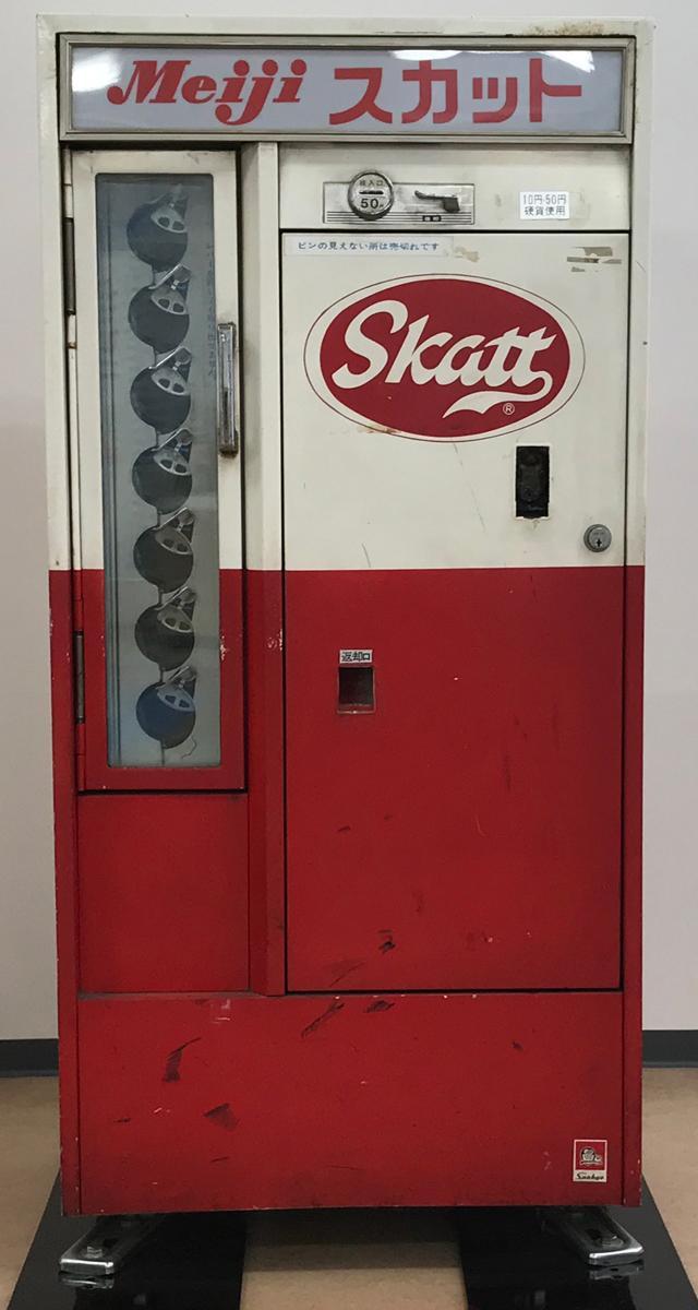 ビン入り飲料自販機。「ビン返し」という文化が根付いており、ビンは再利用されていた時代